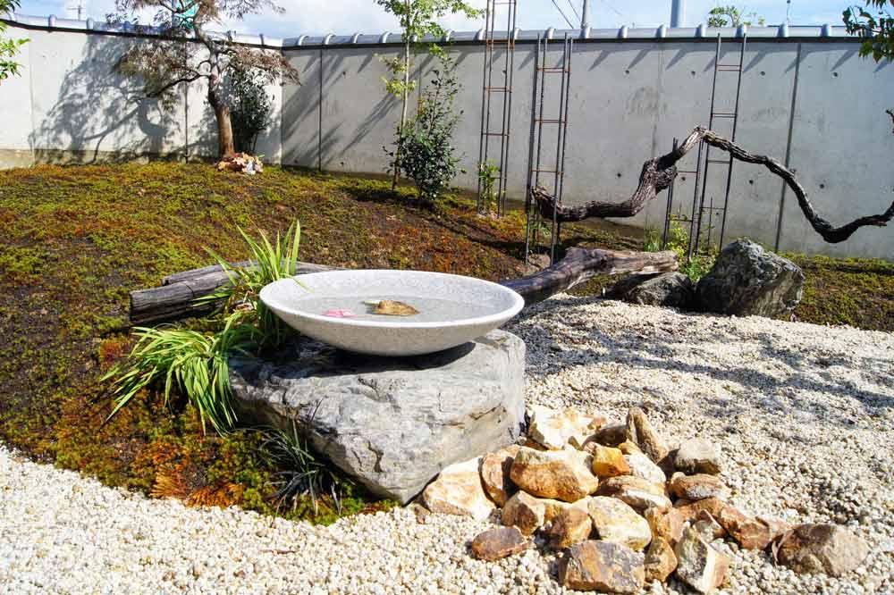 石鉢のある庭