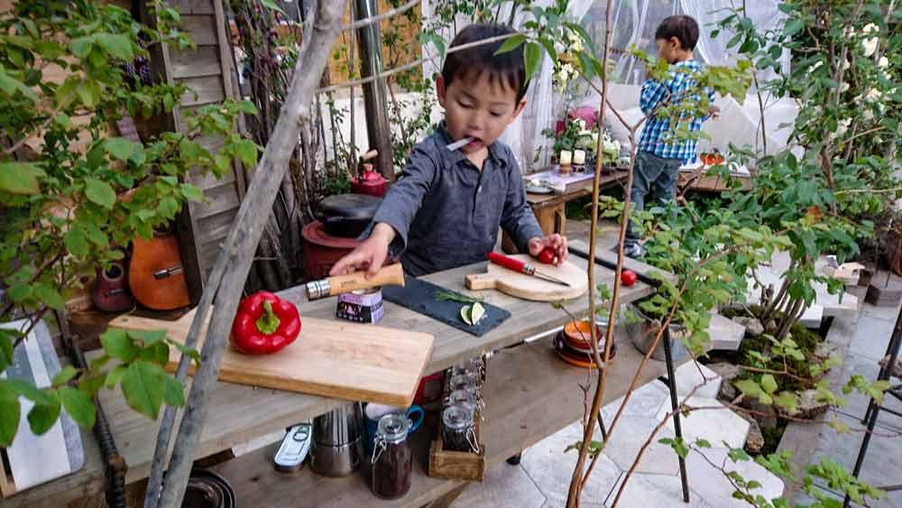 庭で子供が料理する状況