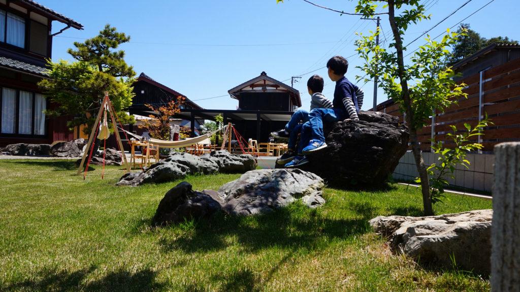 リフォームした長浜の庭キャンプ道具と子供が遊ぶ状況の写真
