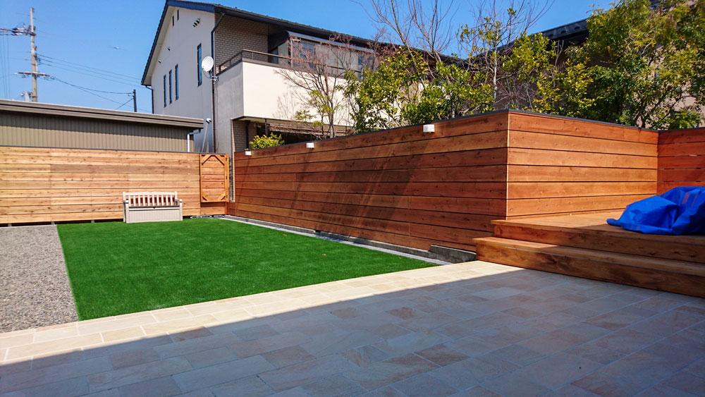 人工芝とウッドフェンス