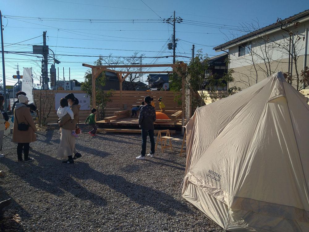 ヒノキの角材を使用したウッドデッキで子供たちが遊んでいる写真