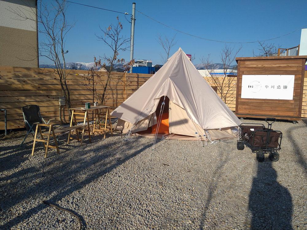 庭にテントが設置してあり、キャンプができるモデルガーデン。